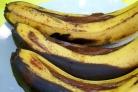 Банан с шоколадом на мангале