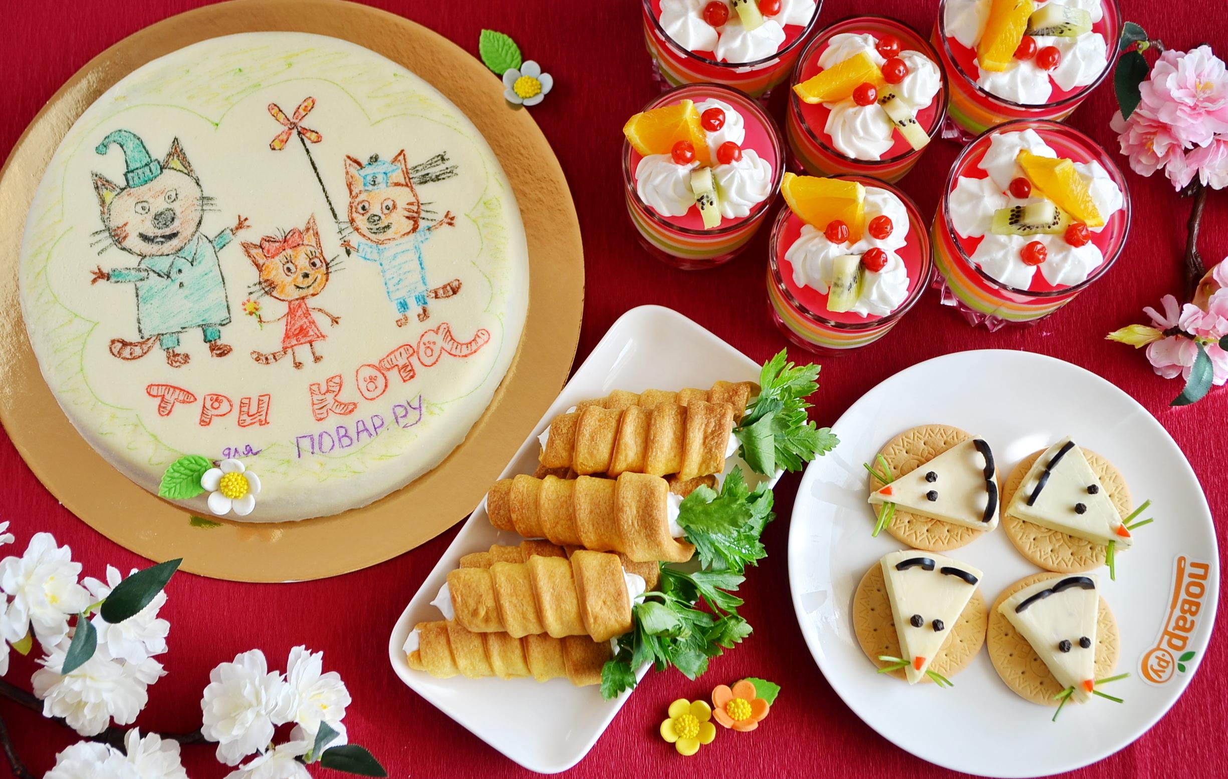 """Меню на детский праздник: закуска """"Мышки на крекерах"""", рожки с кремом, торт """"Три кота"""" и слоеное желе"""