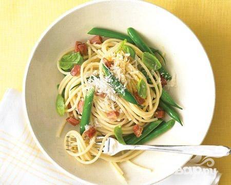 Рецепт Спагетти с беконом, зеленой фасолью и базиликом