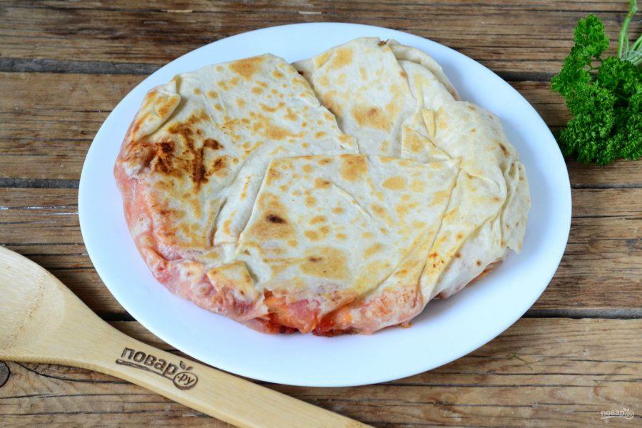 Закрытая пицца в лаваше на сковороде