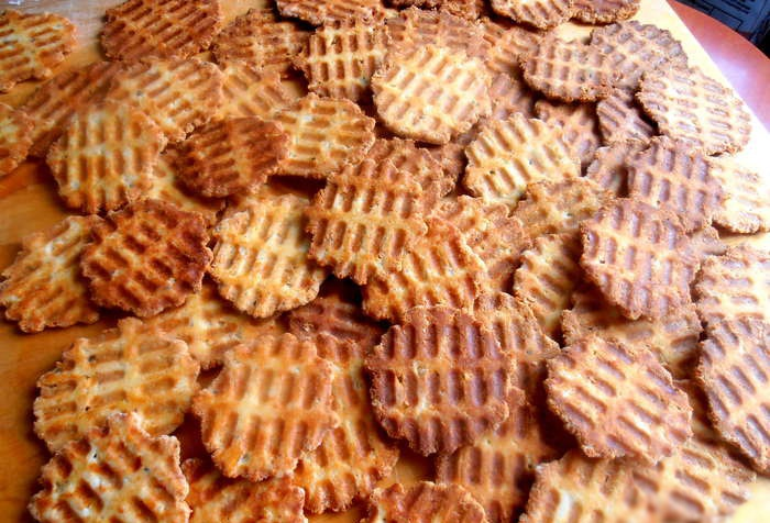 Сырные чипсы в вафельнице - фото шаг 8