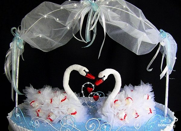 Лебеди из конфет своими руками фото