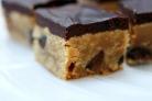Шоколадные пирожные с арахисовым маслом и орехами пекан