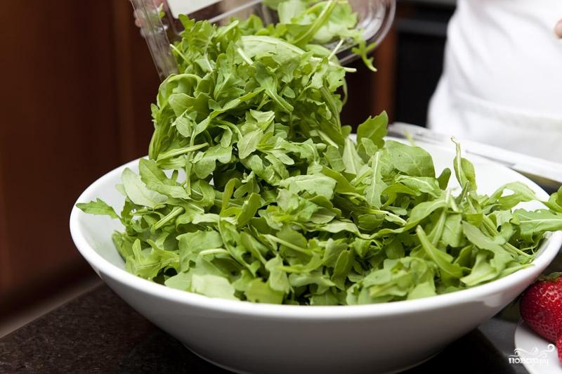 Рецепт Салат с клубникой и рукколой
