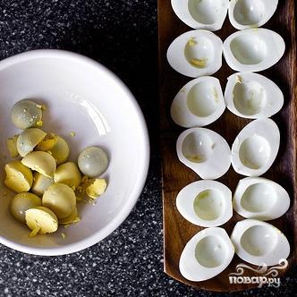 Салат с фаршированными яйцами - фото шаг 2