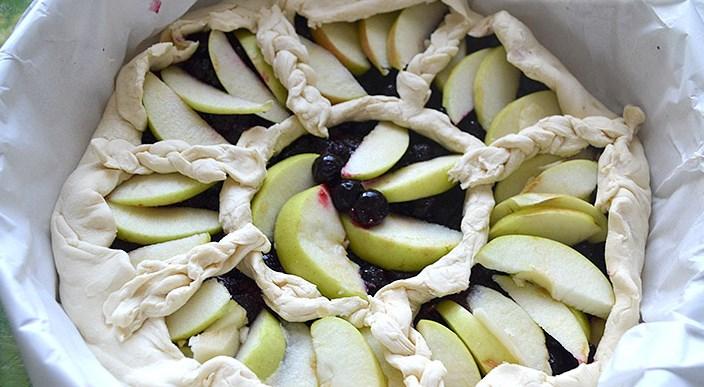 Пирог со смородиной и яблоками - фото шаг 7