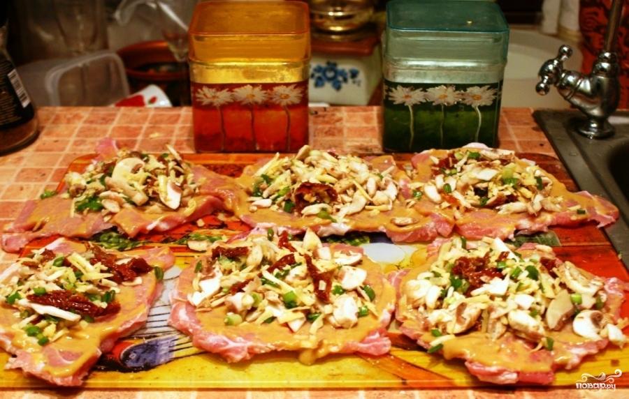 Рулетики из свинины, запеченные в духовке - фото шаг 6