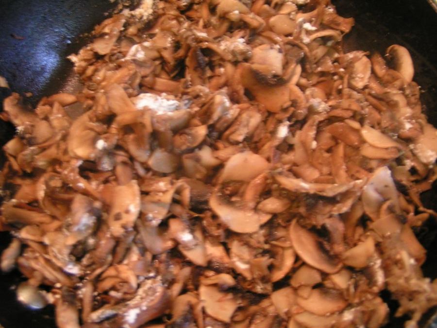 Курица с грибами на сковороде - фото шаг 2