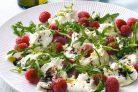 Моцарелла с малиной (салат)