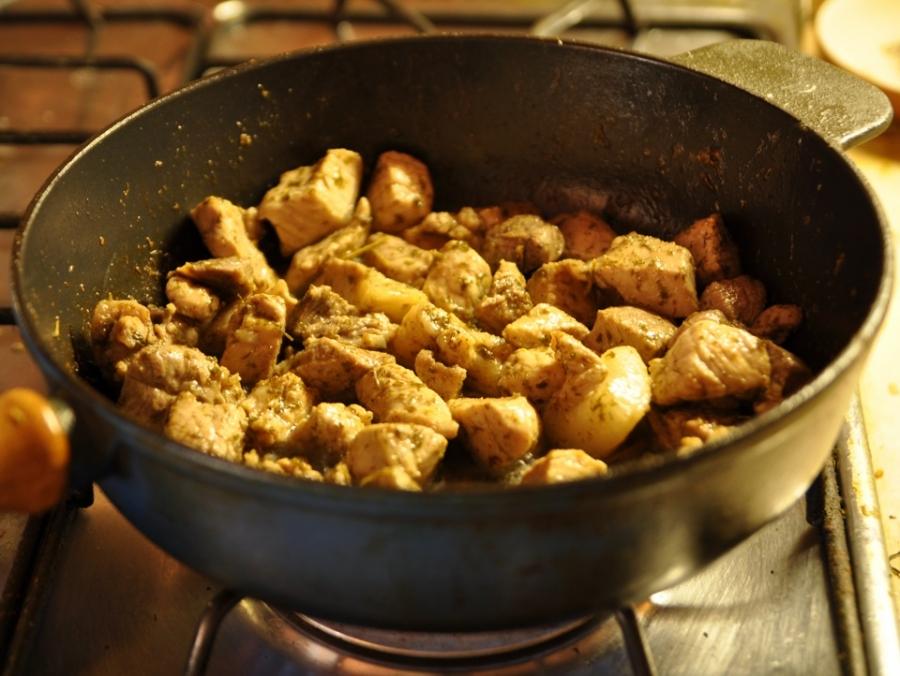 Мясо кусочками на сковороде - фото шаг 4