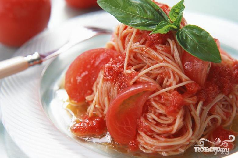 Спагетти с соусом из помидоров и каперсов