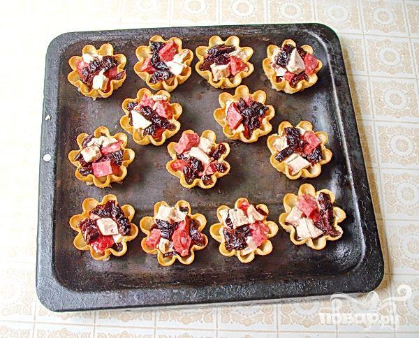 Тарталетки с мясом, фруктами и сыром - фото шаг 4
