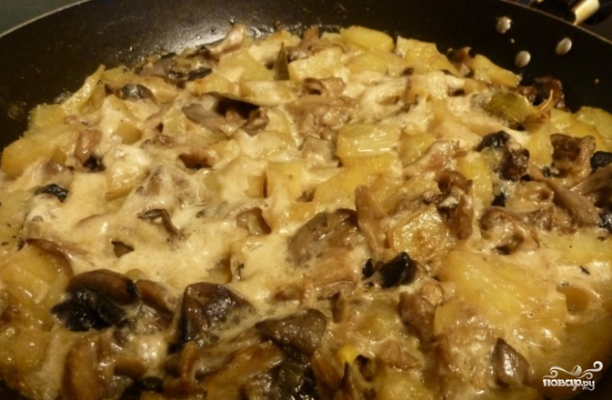Картофель, тушенный с грибами и луком - фото шаг 4