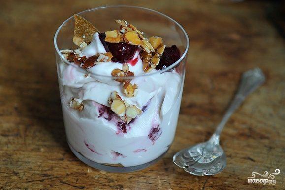Десерт из вишни и орехов