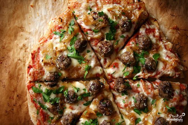 Пицца с фрикадельками, луком и петрушкой