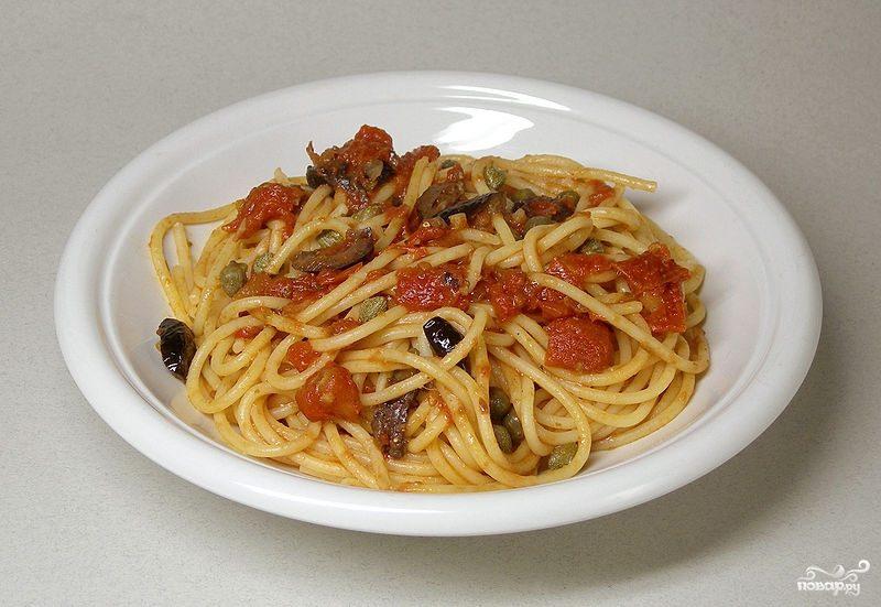 Спагетти с оливками и помидорами