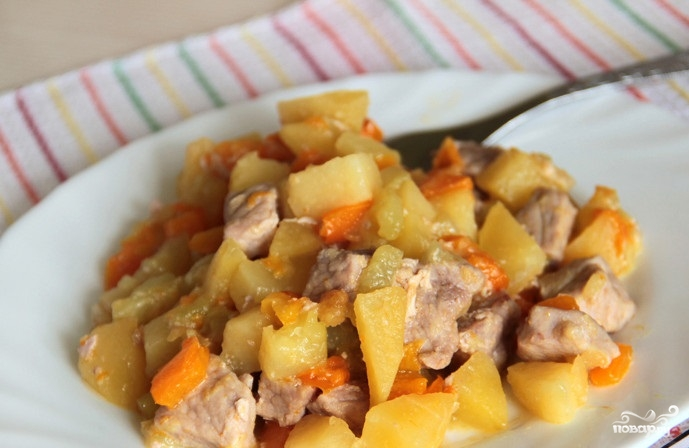 Овощи, тушенные со свининой