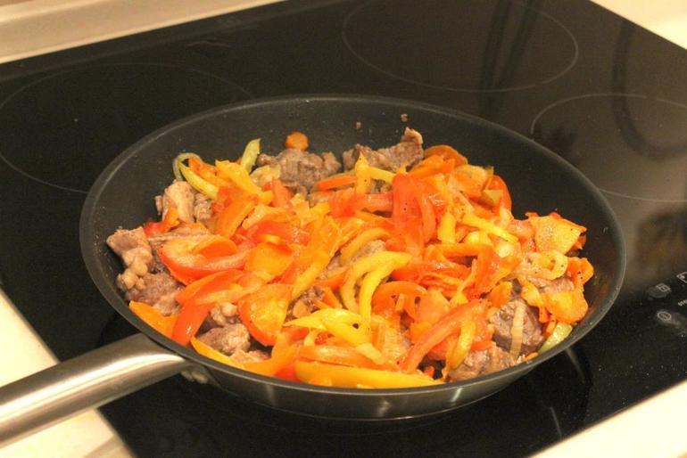 Свинина с овощами на сковороде - фото шаг 8