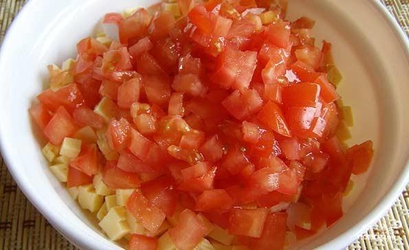 Салат с крабовыми палочками и сыром - фото шаг 3