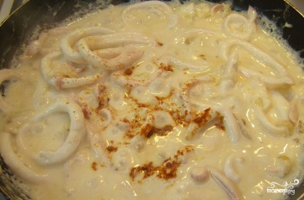 Кальмары, тушенные со сметаной - фото шаг 4