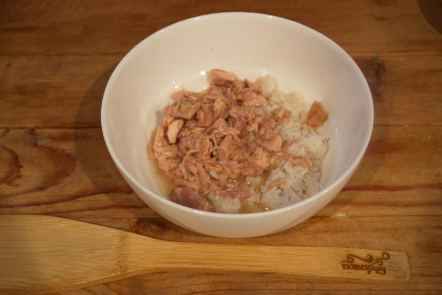 Рецепт Салат с тунцом, рисом и сыром