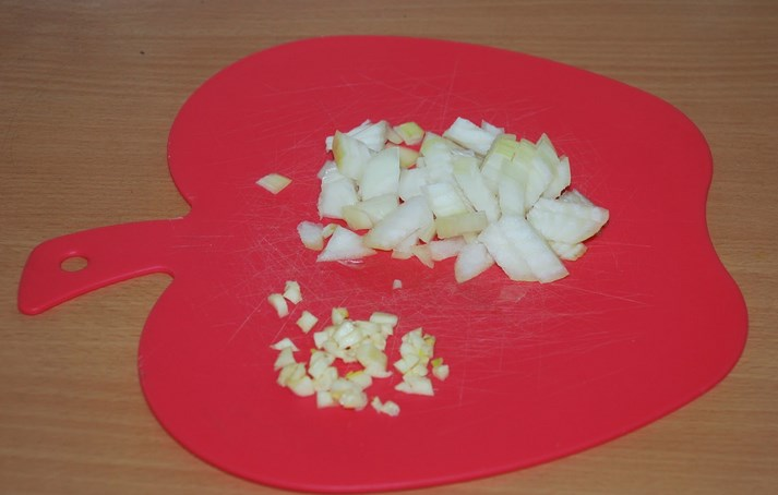 Тушеная капуста с сосиской в мультиварке - фото шаг 2