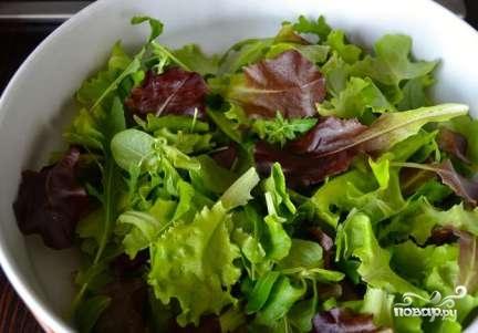 Салат с креветками и листьями салата - фото шаг 2