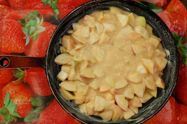 Шарлотка с яблоками на сковороде - фото шаг 6