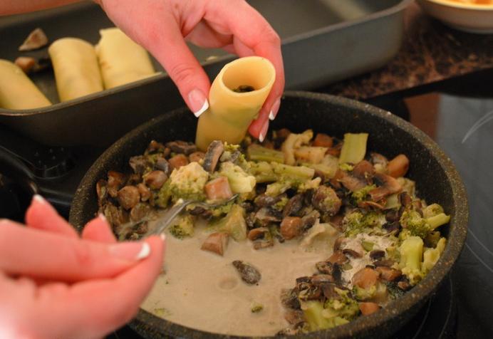 Каннеллони с сыром и грибами - фото шаг 5