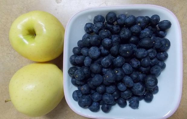 Рецепт Шарлотка с черникой и яблоками