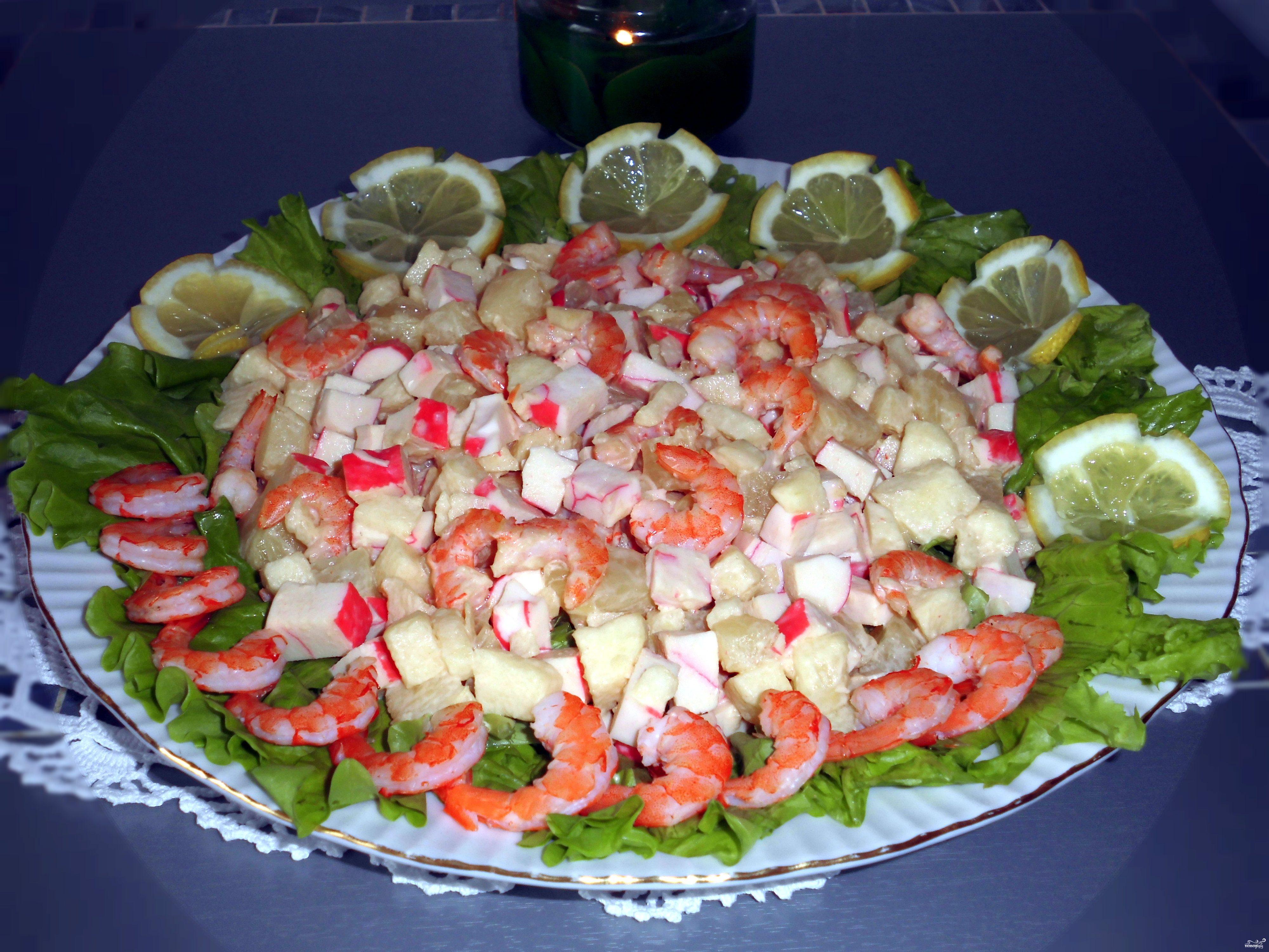 Салат креветки с ананасами