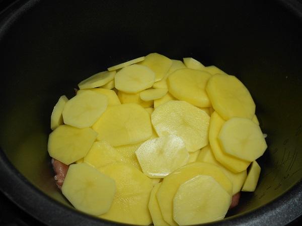 Свинина с помидорами и картофелем в мультиварке - фото шаг 4