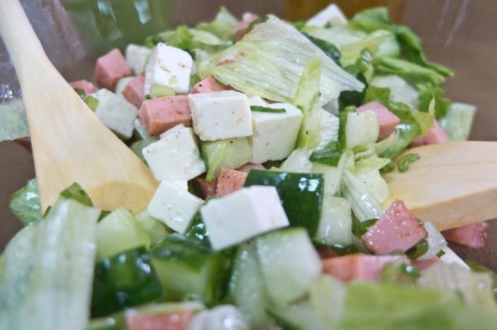 Салат с жареной колбасой - фото шаг 7