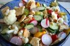 Салат из цветной капусты, огурцов и сухариков