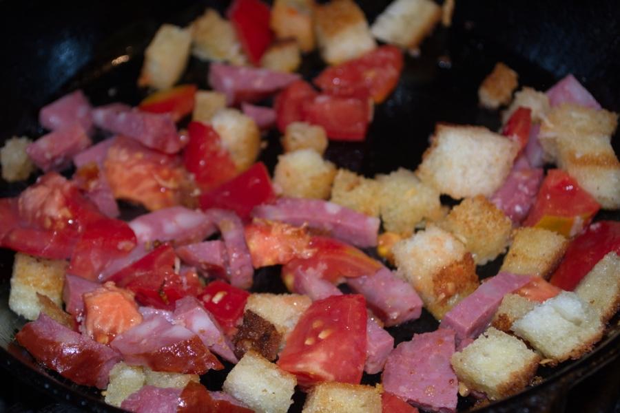 Яичница с колбасой и хлебом - фото шаг 3