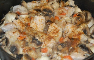 Курица тушеная с грибами - фото шаг 4