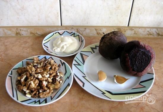 Свекла с грецким орехом и чесноком - фото шаг 1