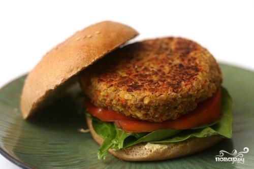 Гамбургеры с котлетами из чечевицы, овощей и сыра