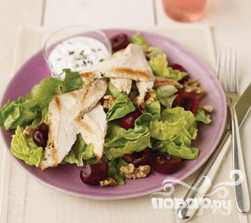 Рецепт Салат с курицей, вишней и сыром