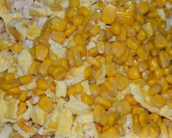 Салат новогодний с кукурузой - фото шаг 6