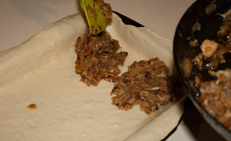 Пирог с капустой и рыбной консервой - фото шаг 11