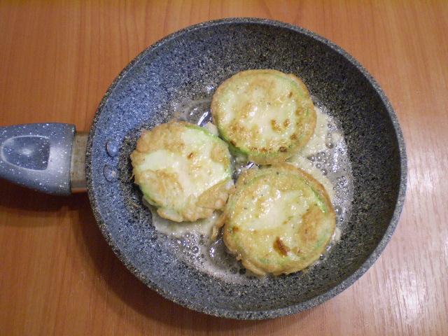 кабачки в кляре на сковороде с чесноком и помидорами и сыром