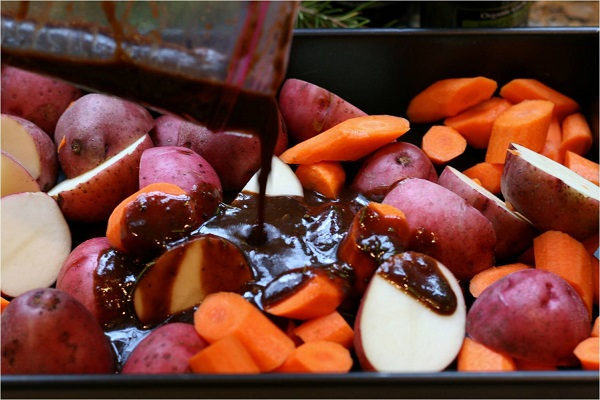Свинина, запеченная с овощами - фото шаг 5