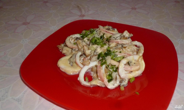 Кальмары, тушенные с грибами, луком и сыром