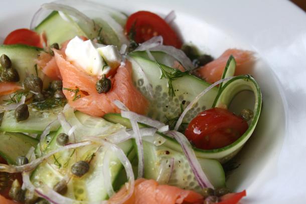 Салат с семгой и огурцом - фото шаг 2