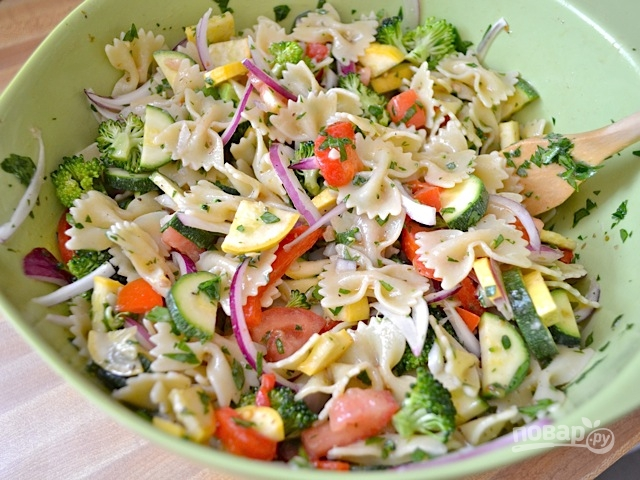 Летний салат с макаронами и овощами