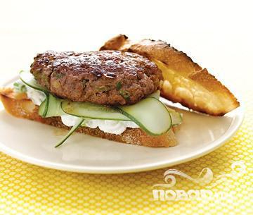 Рецепт Бургер с бараниной, огурцом и соусом