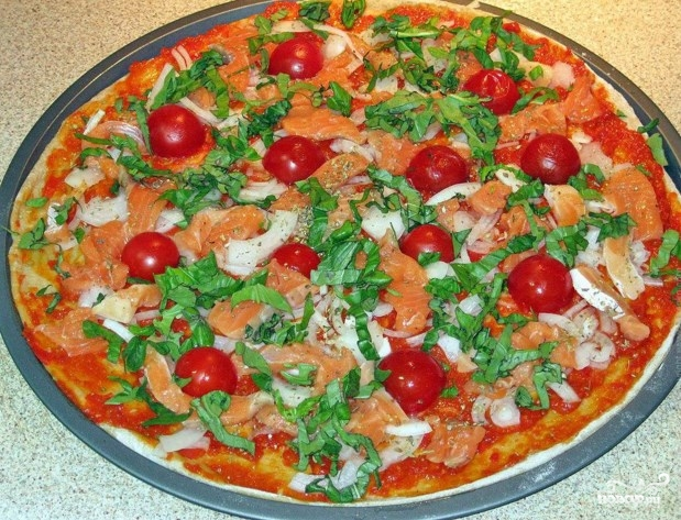 Пицца с красной рыбой - фото шаг 7