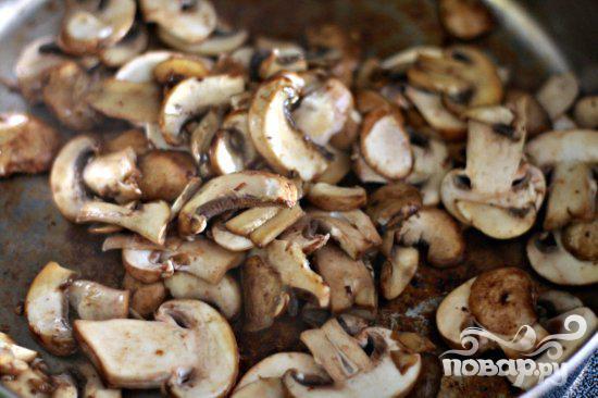 Стейк с грибным соусом и сливочным шпинатом - фото шаг 9