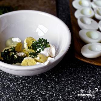 Салат с фаршированными яйцами - фото шаг 3